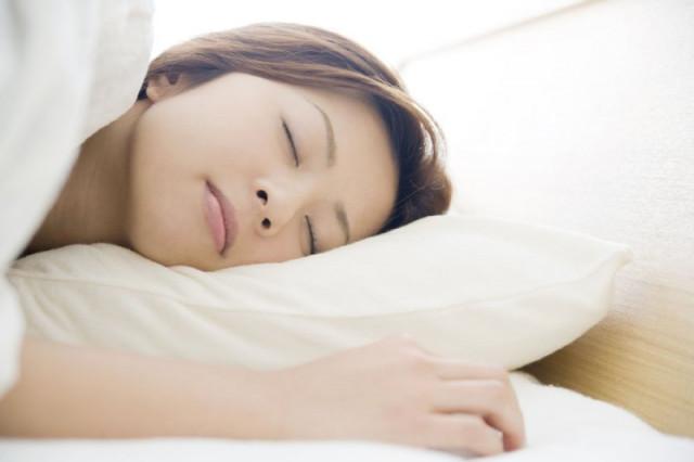 睡眠中の女性の写真 洲本接骨院自律神経整体ページ用