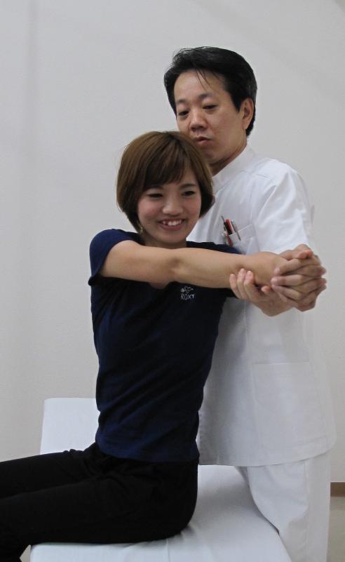 洲本接骨院で体のゆがみの検査を受ける女性の写真