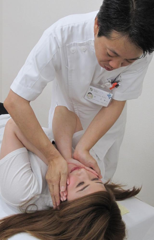洲本接骨院小顔・美顔用施術の風景 検査を受ける女性の写真