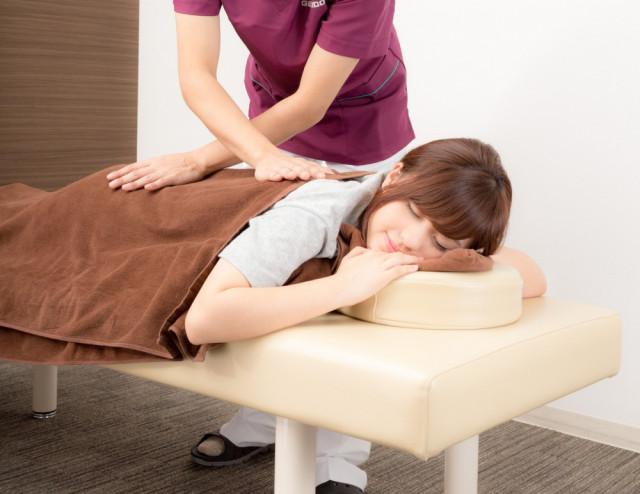 マッサージされる女性写真 洲本接骨院脊柱管狭窄症ページ用説明資料