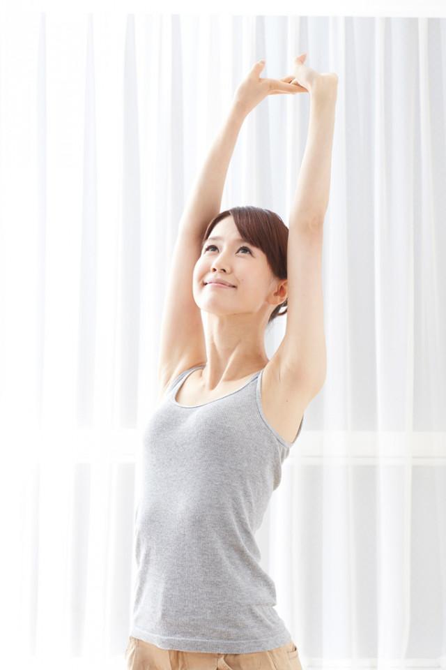 伸びをする女性 洲本接骨院痛みのページ 説明資料