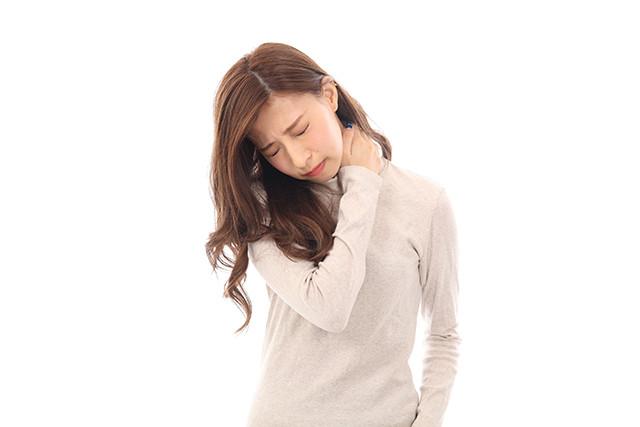 肩こりの女性の写真 洲本接骨院緊張性頭痛ページ資料