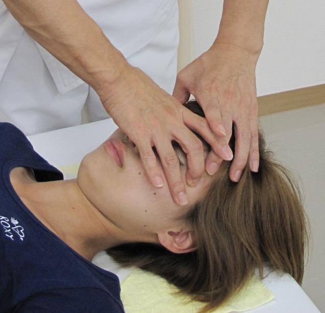自律神経整体の頭蓋骨調節の施術風景